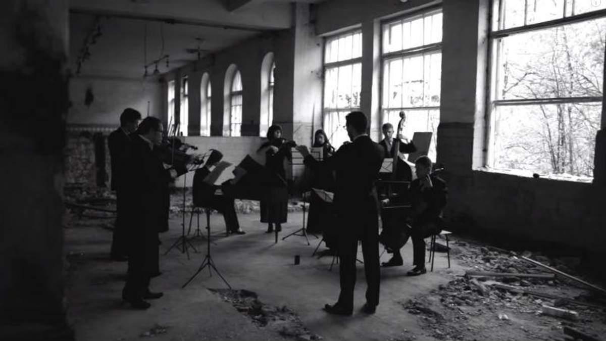 Відео дня. Львівський оркестр зіграв  на руїнах