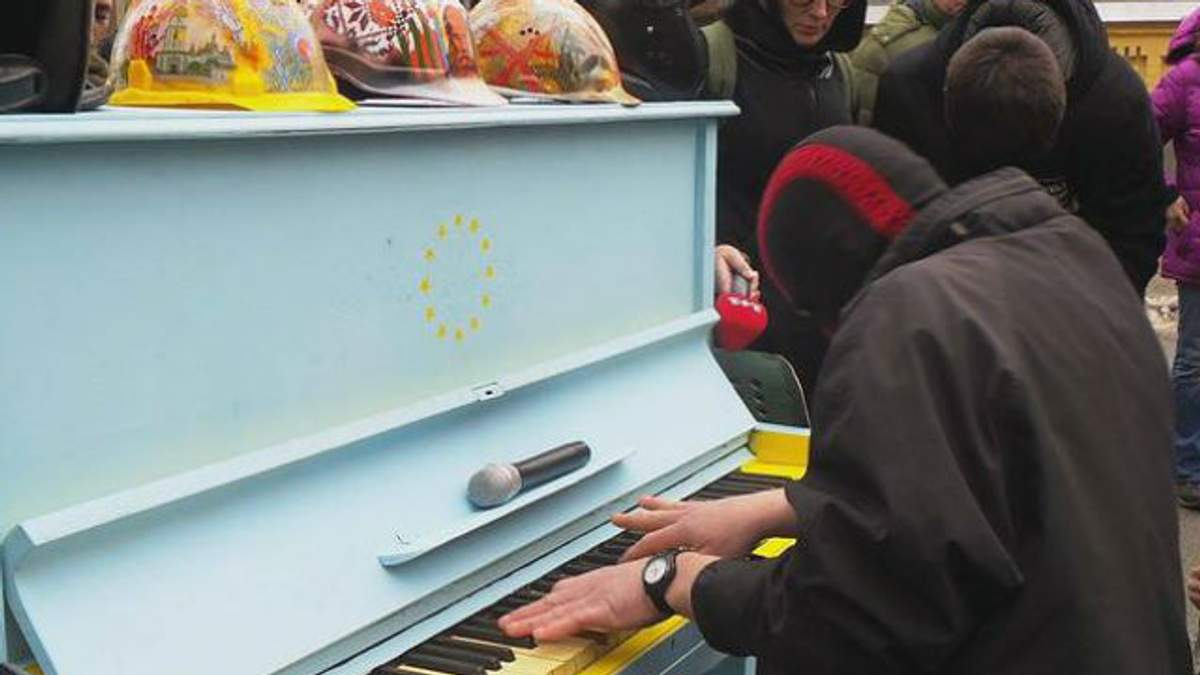 Как во времена Майдана. Пианист в Балаклаве устроил концерт возле Администрации Президента в Киеве
