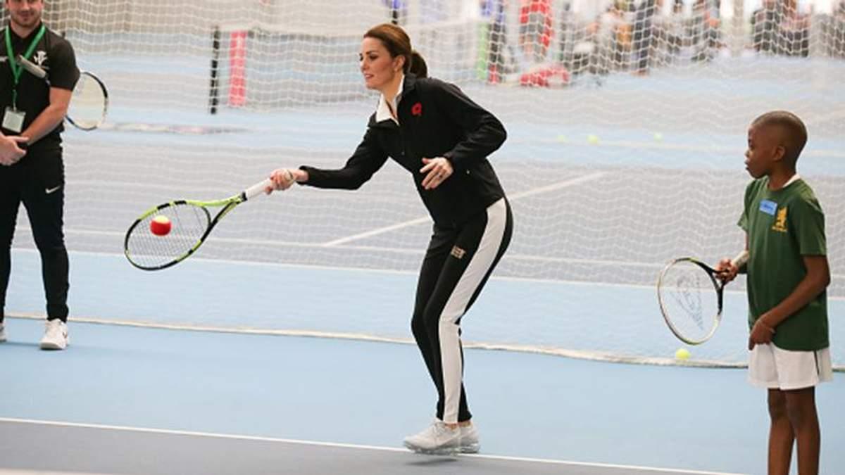Беременная Кейт Миддлтон в спортивном костюме сыграла в теннис: фото