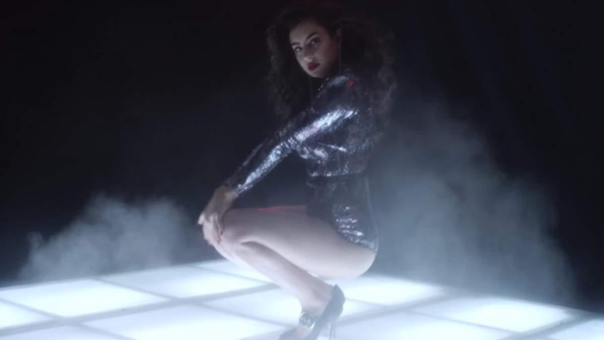Британська співачка похизувалась пікантними формами для Love Magazine: відео