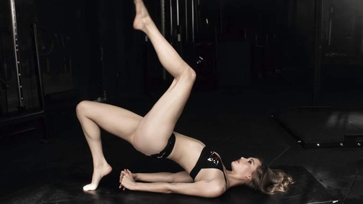 Модель Victoria's Secret показала, як займається йогою в нижній білизні: пікантне відео