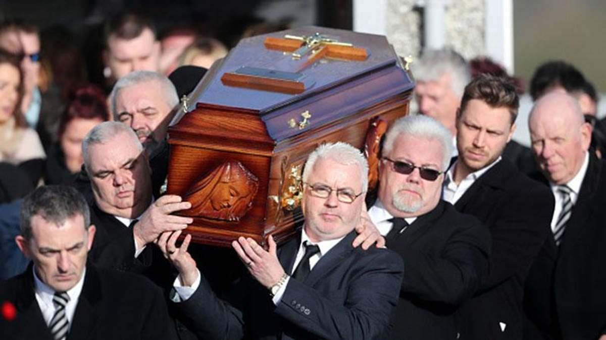 Вокалистку группы The Cranberries Долорес О'Риордан похоронили под легендарные песни: фото
