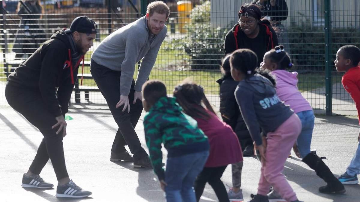 Принц Гаррі провів зарядку для малюків: миловидні фото і відео
