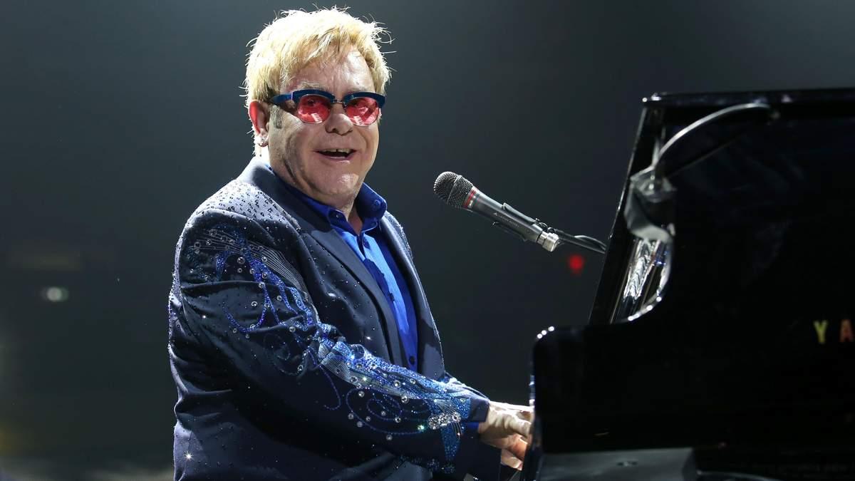 Елтону Джону ледь не вибили зуби під час виступу: відео