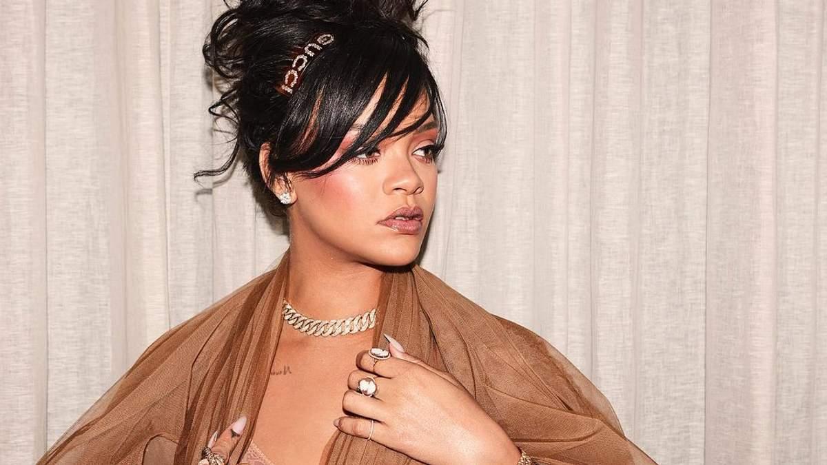 Рианна показала откровенное декольте в белье собственного бренда: горячее фото