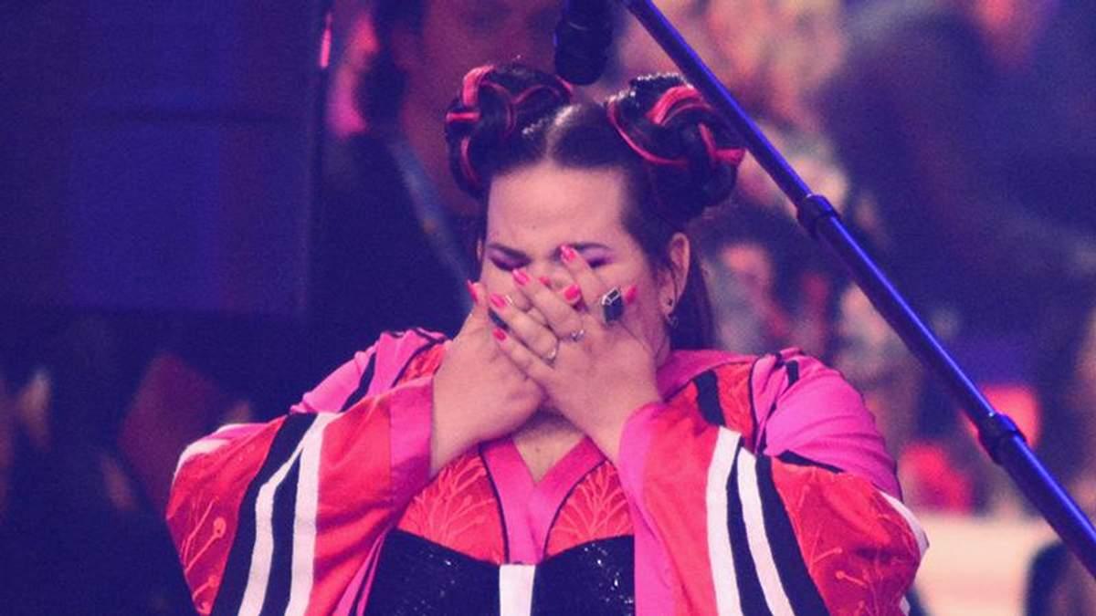 Нетта Барзилай упала перед получением кубка победителя Евровидения 2018: видео