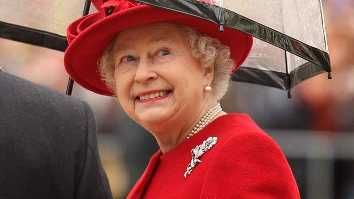 Королева Єлизавета ІІ обирає незвичні парасольки: яскрава фотопідбірка