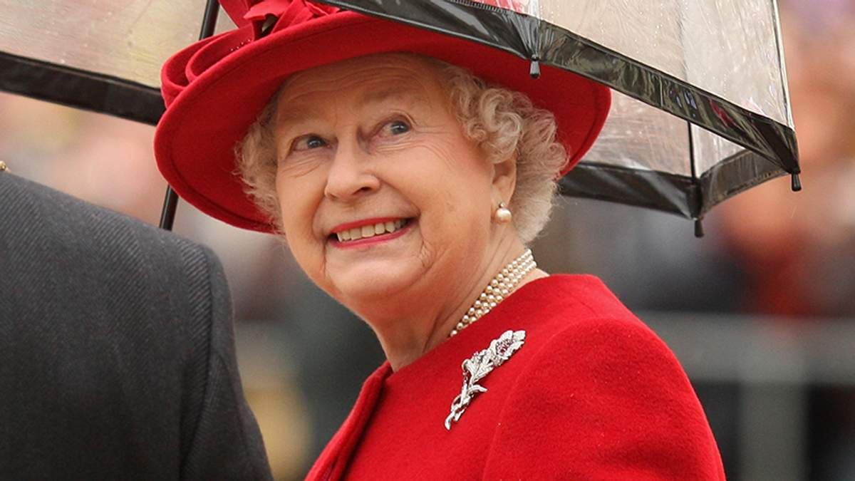 Королева Елизавета ІІ выбирает необычные зонты: яркая фотоподборка