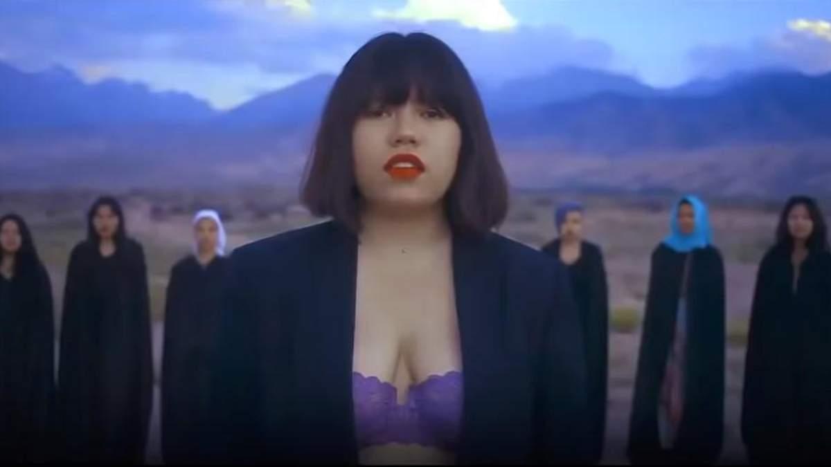 В Кыргызстане угрожают расправой 19-летней певице за клип в нижнем белье: видео