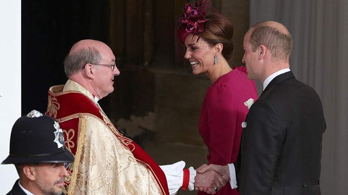 Кейт Міддлтон у яскравій сукні прийшла на королівське весілля: чарівні фото