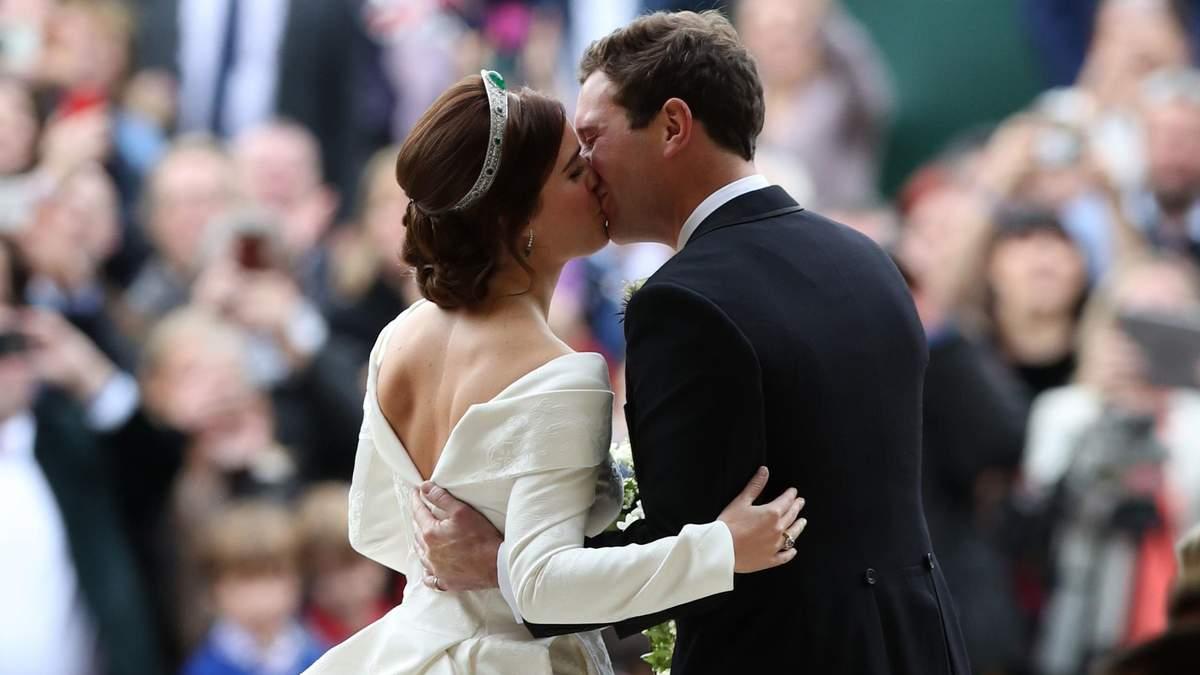 Принцеса Євгенія і Джек Бруксбенк одружились: фото першого поцілунку