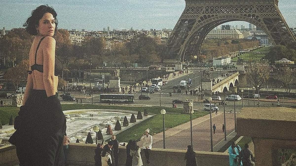 Французький шик: чуттєва Даша Астаф'єва знялася у пікантній фотосесії без спідньої білизни