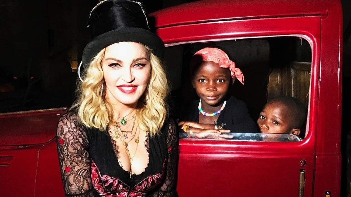 Мадонна очаровала сеть рождественским снимком со своими детьми: трогательное фото