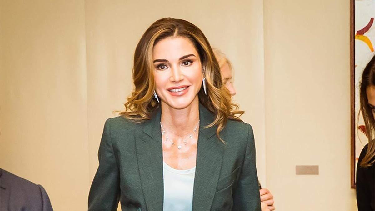 Брутальный образ: королева Иордании удивила кожаной курткой в галерее