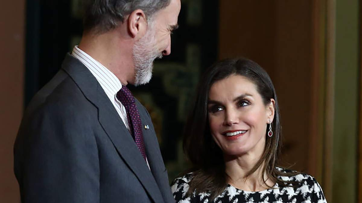 У картатому костюмі та яскравих туфлях: королева Іспанії вразила стильним виходом