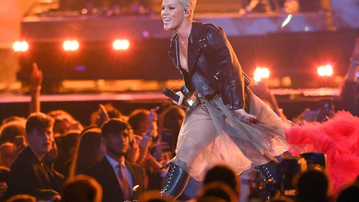 Brit Awards: украинки поставили яркий номер для певицы Pink