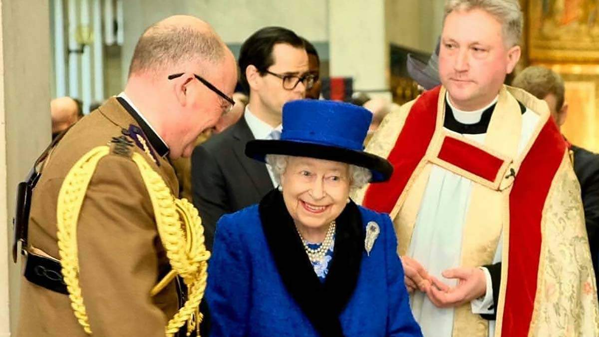Елизавета II впечатлила ярким нарядом во время публичного выхода: фото