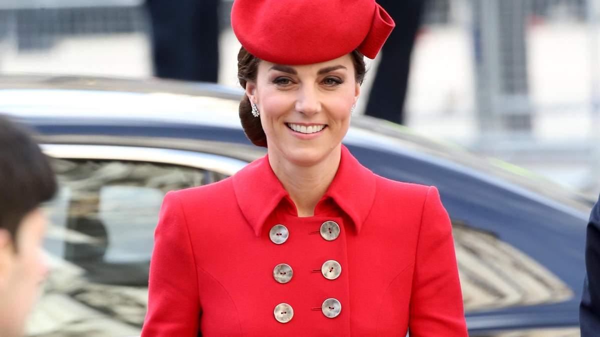 У червоній сукні-пальто: Кейт Міддлтон приголомшила яскравим виходом у Лондоні – фото