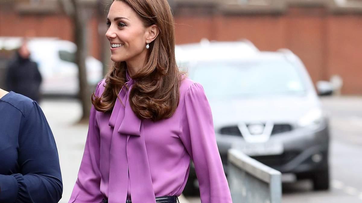 В штанах і бузковій блузі: Кейт Міддлтон приголомшила яскравим виходом