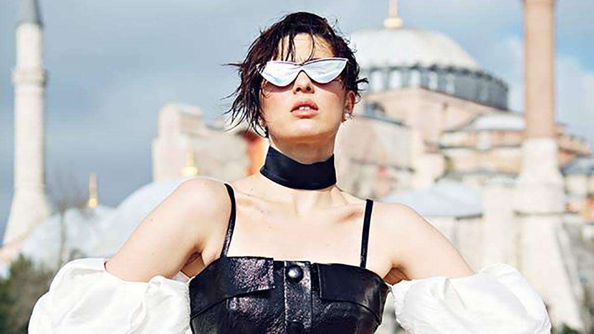 У прозорій сукні та шкіряному міні: MARUV знялась у фотосесії для турецького глянцю