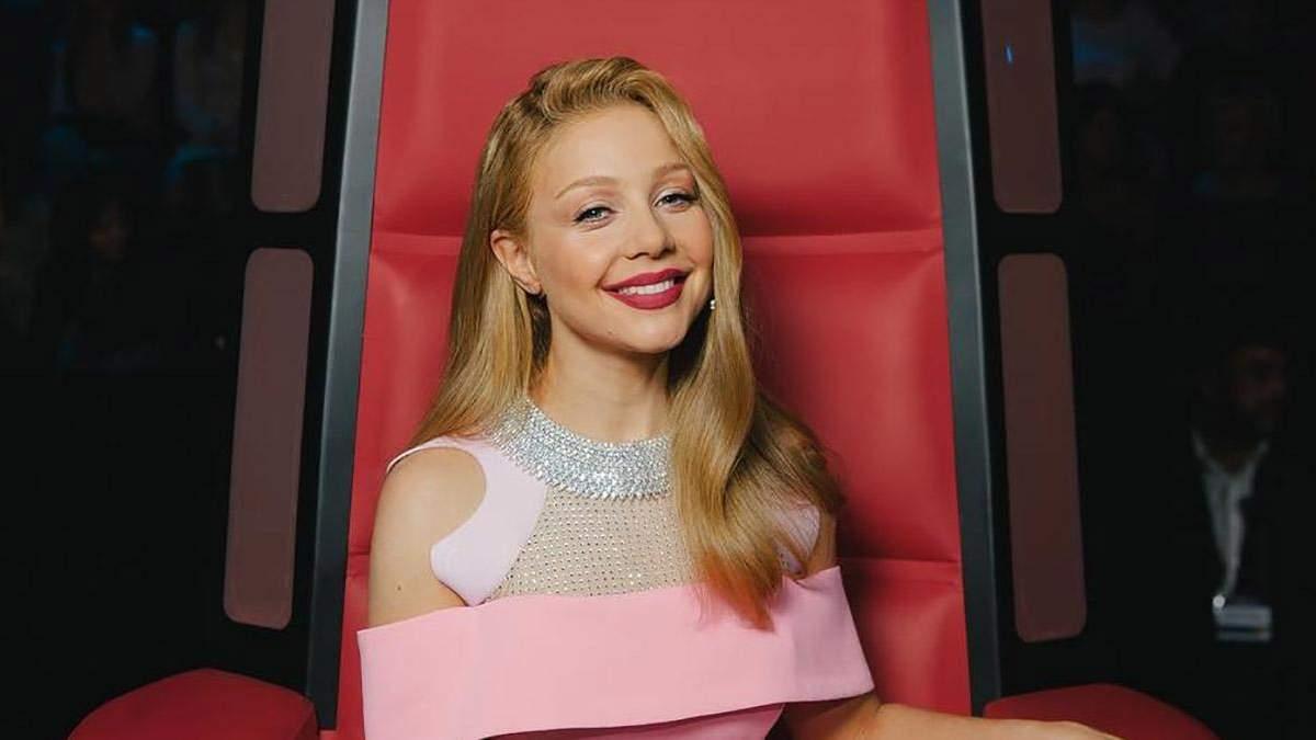 """Тіна Кароль відкрила прямі ефіри """"Голосу країни-9"""" в яскравій сукні: фото і відео"""