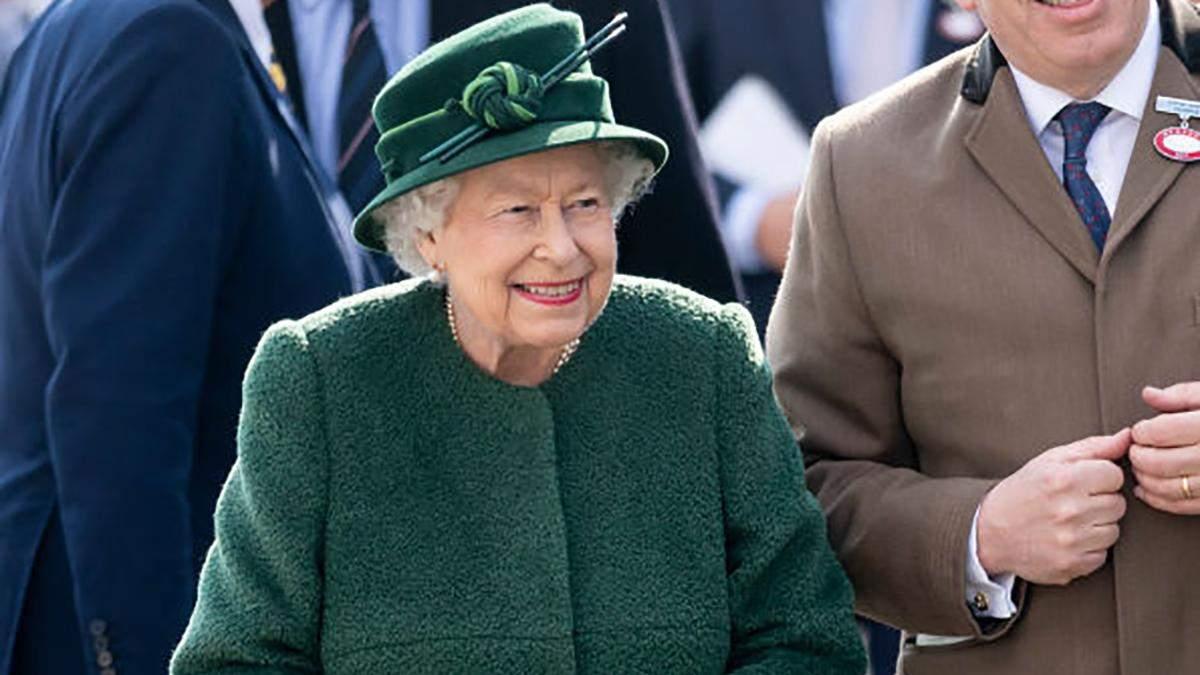 Єлизавета ІІ засвітила новий яскравий образ на кінних перегонах: фото