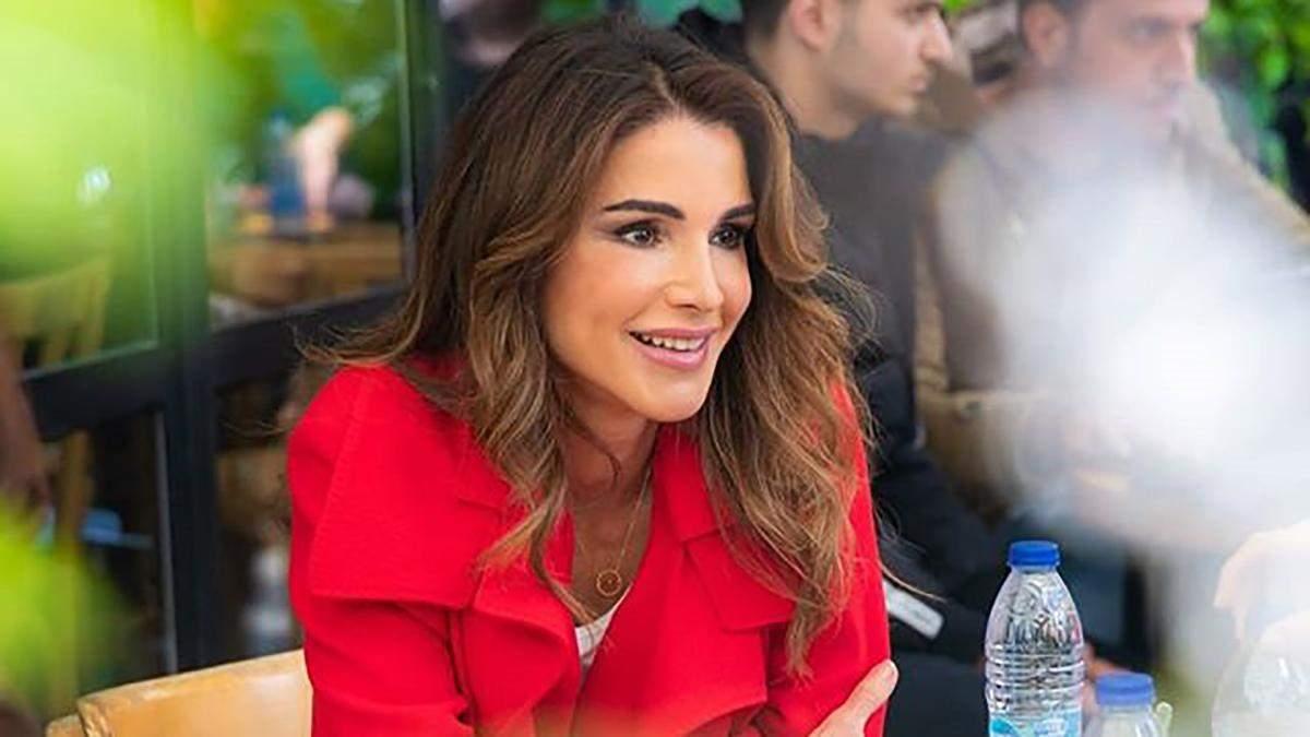 С чем носить классические брюки: два эффектных примера королевы Иордании