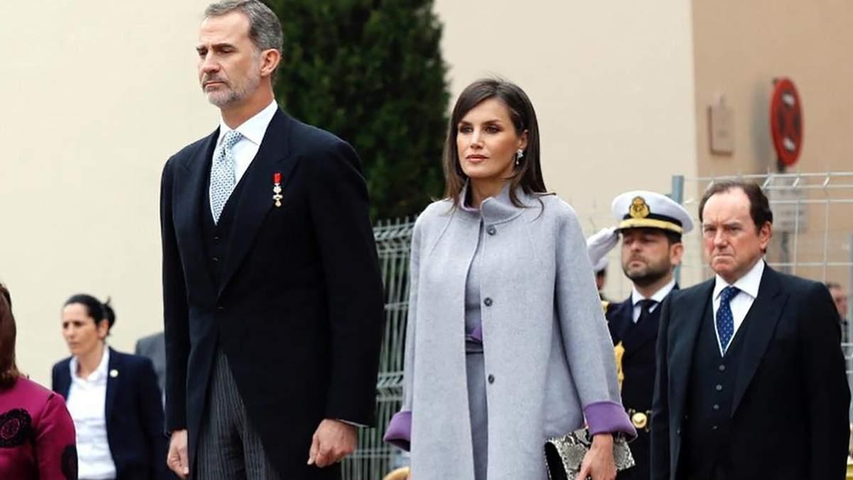 У сірому total look і туфлях зі зміїним принтом: королева Летиція демонструє святковий образ