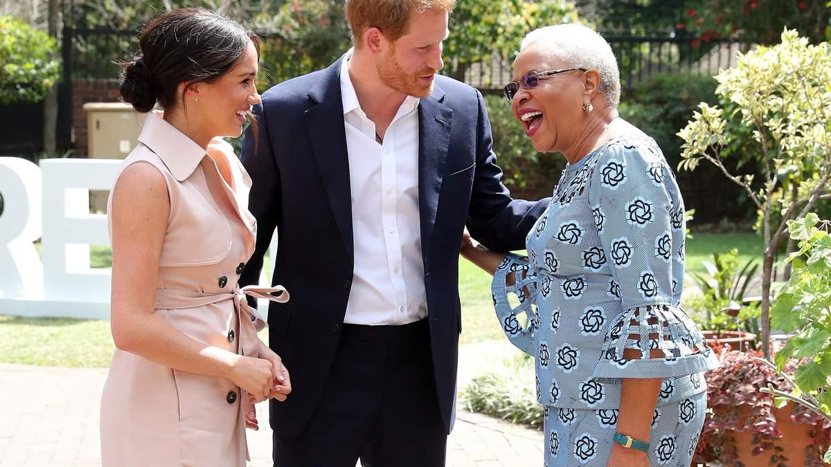 В платье-тренче: стильная Меган Маркл встретилась со вдовой Нельсона Манделы – президента ЮАР