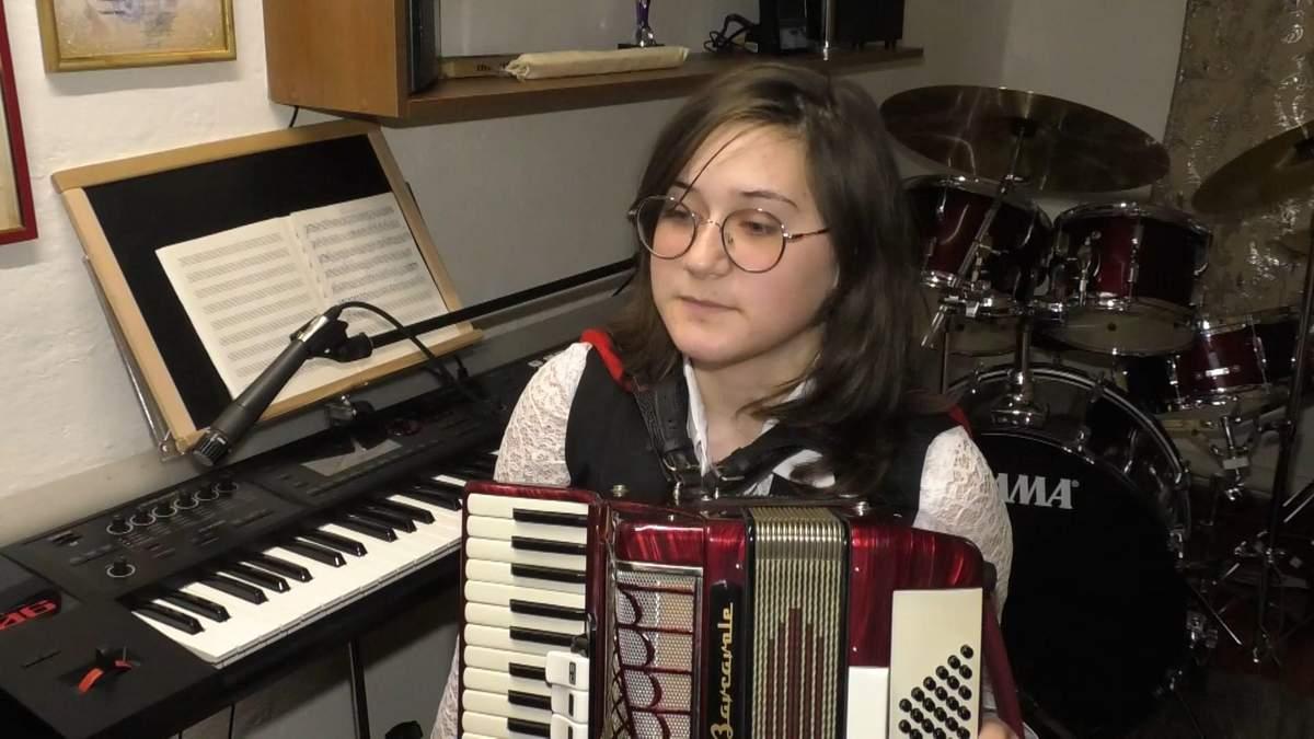 Школярка з Черкащини опанувала 15 музичних інструментів: видовищне відео