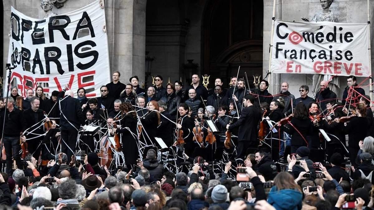 Оркестр оперы Парижа поддержал протестующих и сыграл прямо на улице: видео