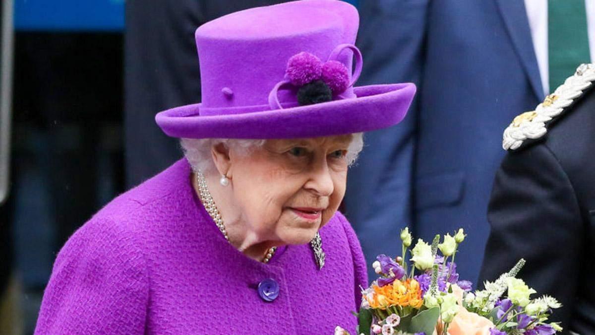 У пальті та капелюсі з помпонами: королева Єлизавета ІІ продемонструвала яскравий образ