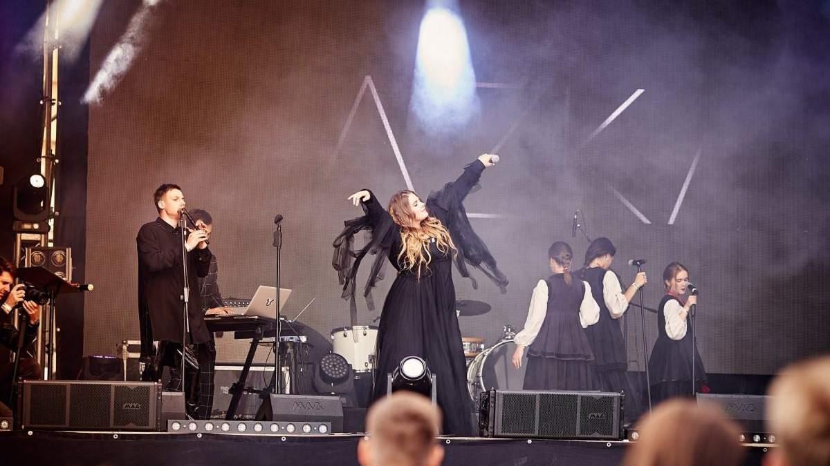 Группа KAZKA показал последние приготовления к масштабному шоу во Дворце спорта – видео