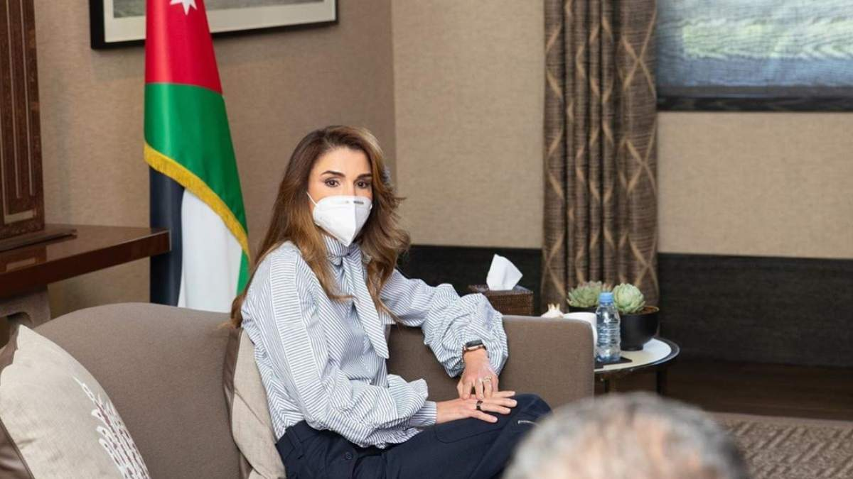 Королева Иордании продемонстрировала безупречный деловой образ: фото