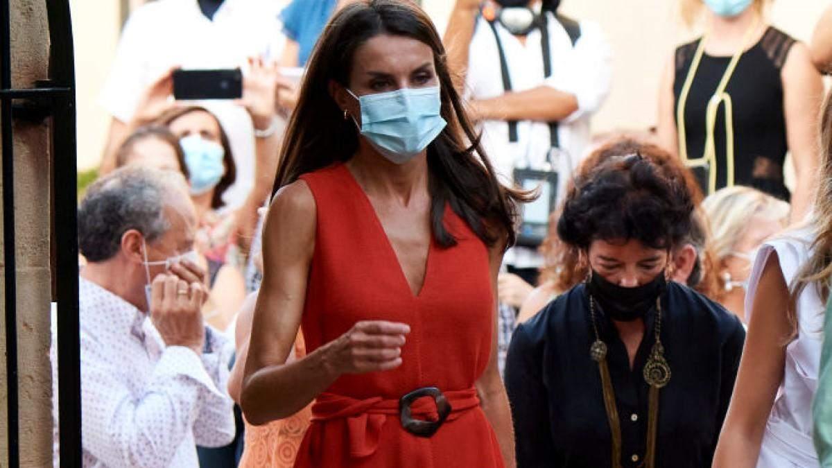 Королева Іспанії у яскравій сукні вирушила на Майорку: ефектні фото