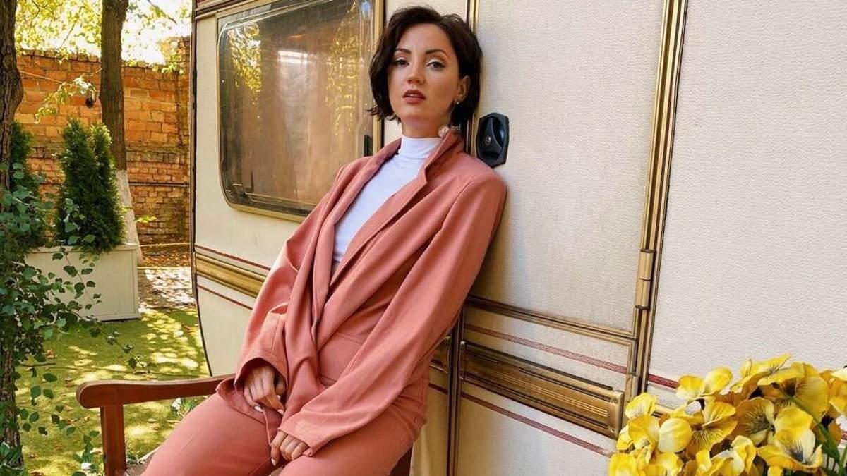 Оля Цибульская поразила смелым образом в розовом наряде: фото