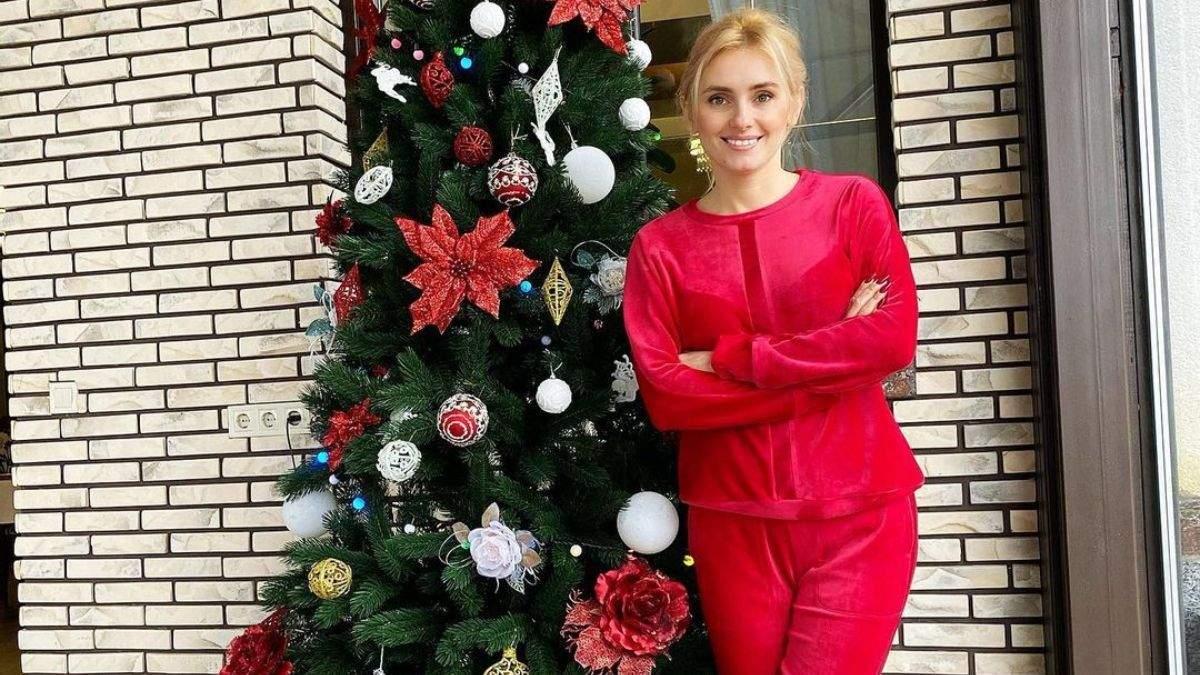Ірина Федишин показала домашній образ біля ялинки: фото
