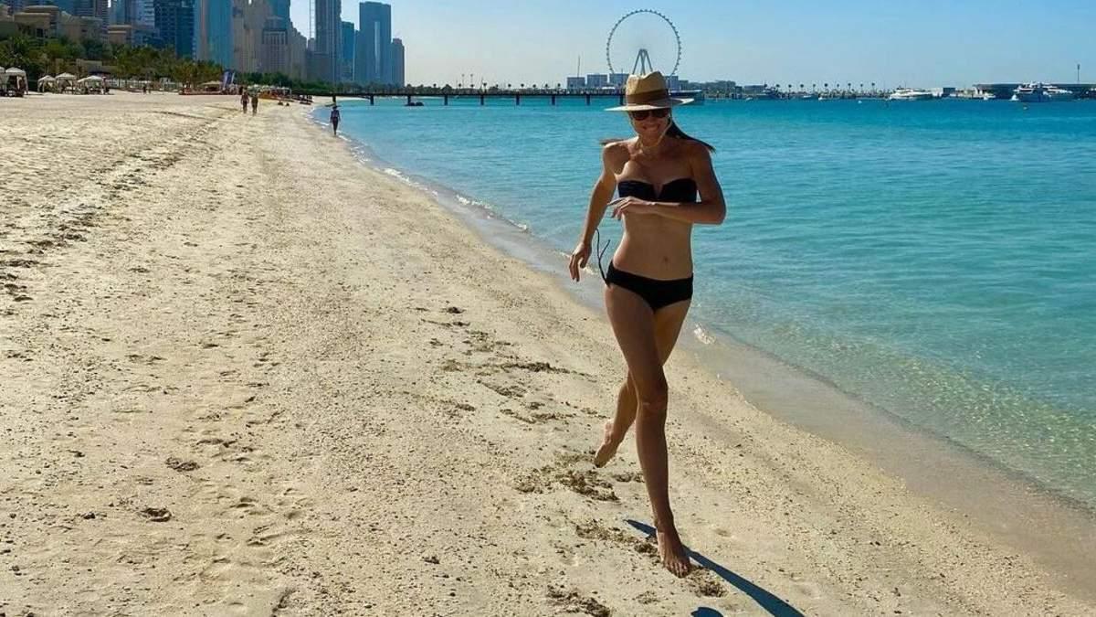 Катя Осадча у чорному бікіні пробіглась пляжем: еротичне фото