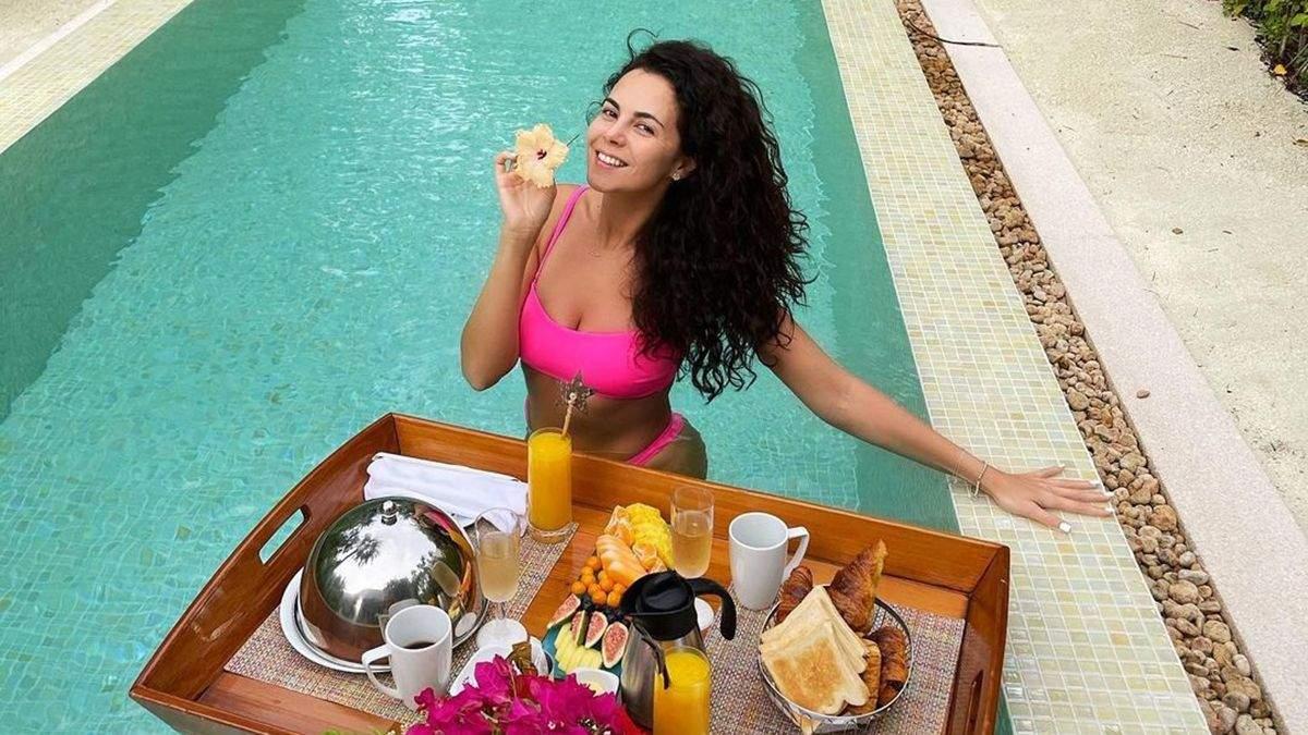 Настя Каменських снідала у басейні на Мальдівах: фото в бікіні