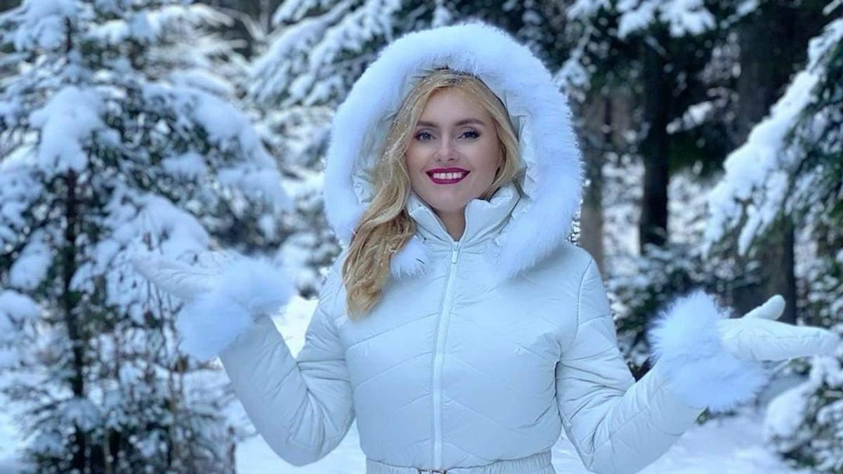 У білому комбінезоні: Ірина Федишин показала зимовий образ дорогою з Буковелю – фото