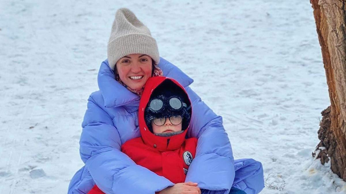 Оля Цибульская покаталась на санках с сыном: видео