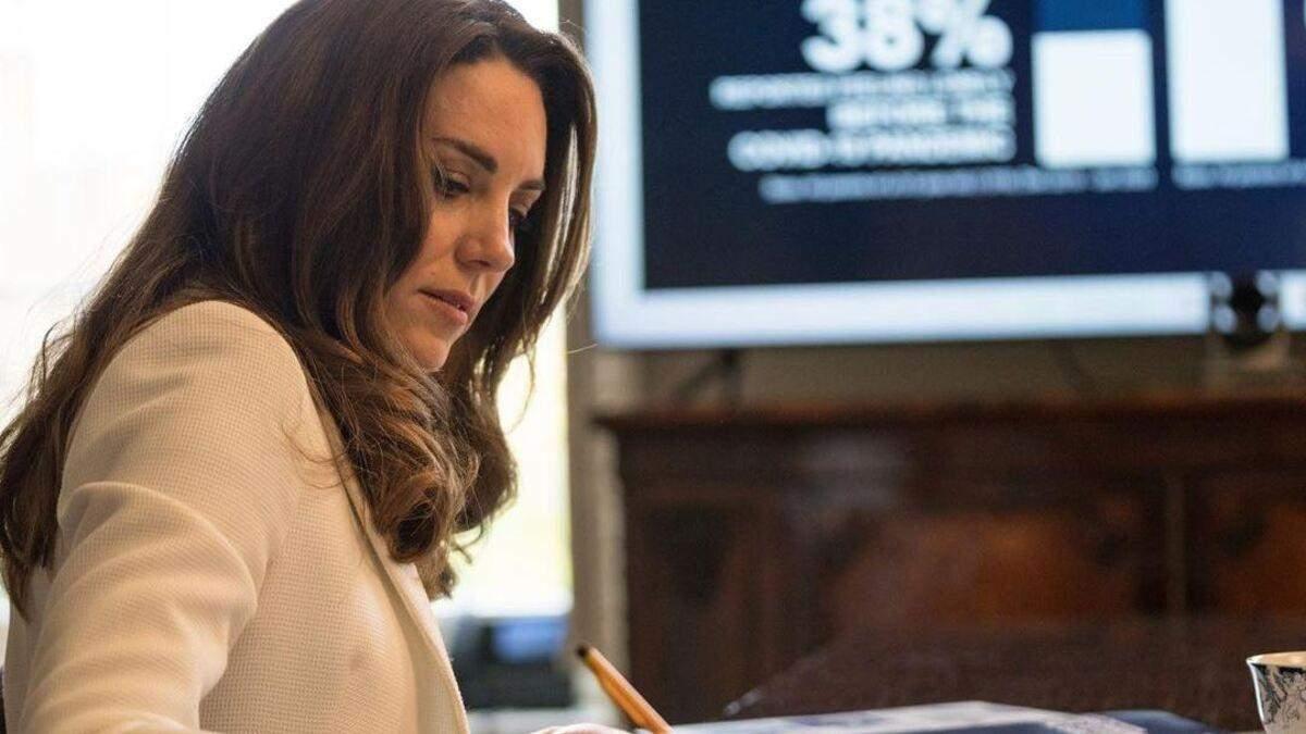 В белой блузке: Кейт Миддлтон покорила элегантным образом – видео