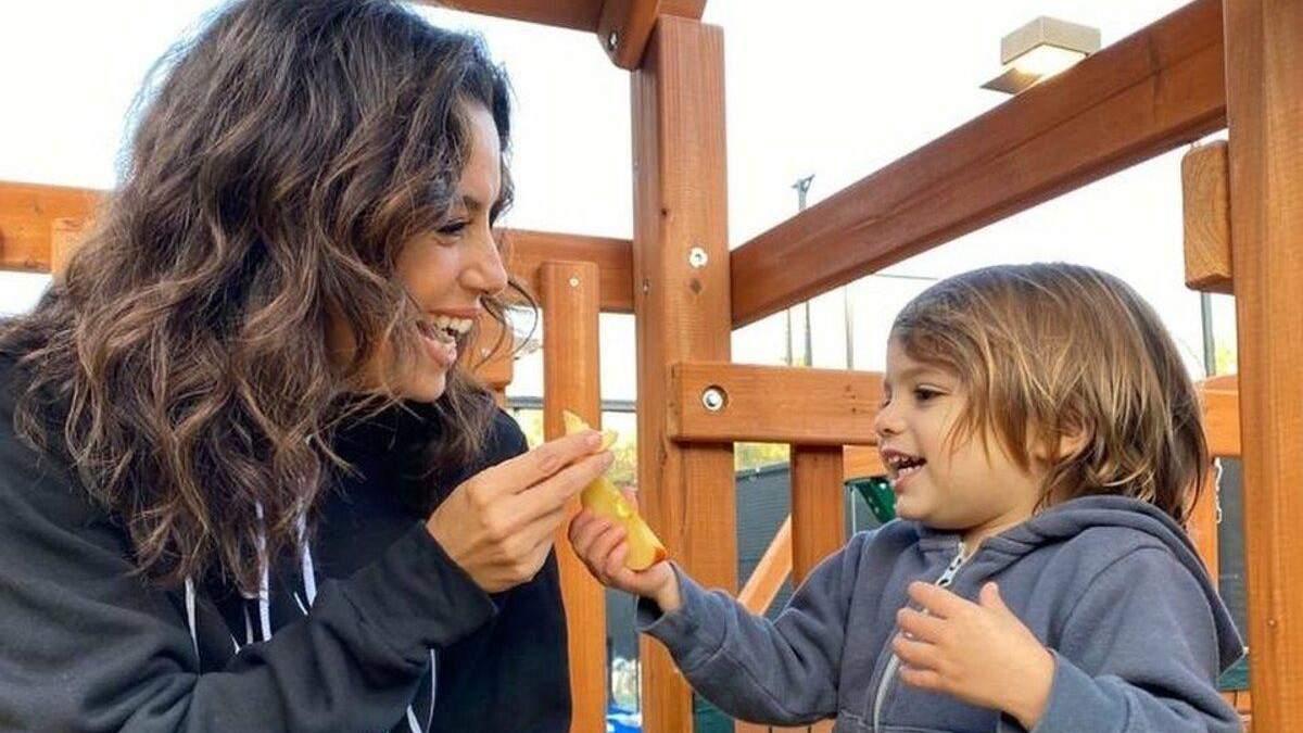Ева Лонгория показала стильный семейный образ с сыном – фото