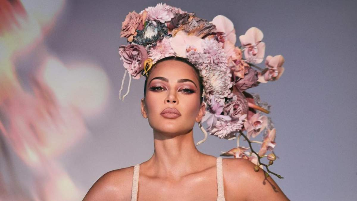В ожидании весны: женственная Ким Кардашян очаровала новой фотосессией в рекламе косметики