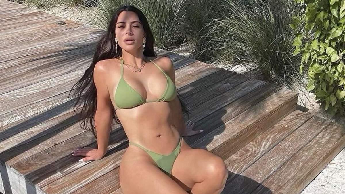 Ким Кардашян показала фото без макияжа и похвасталась формами в бикини