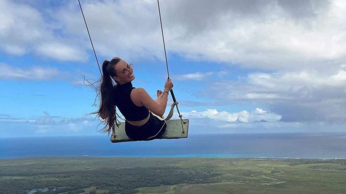Ксенія Мішина позувала на гойдалці в Домінікані: неймовірне фото на тлі неба
