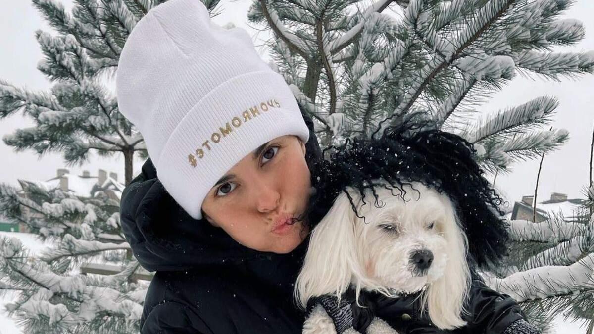 Зимняя сказка: Настя Каменских очаровала фото с собачкой