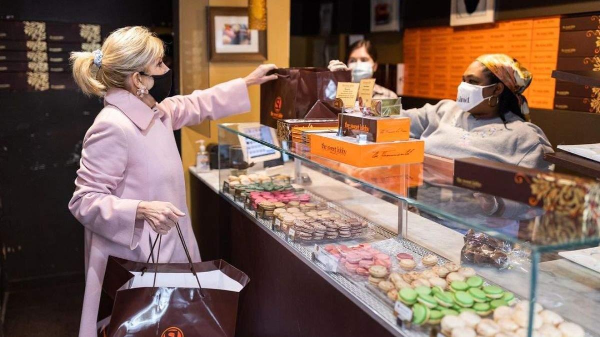 В розовом пальто: Джилл Байден очаровала романтическим образом – фото