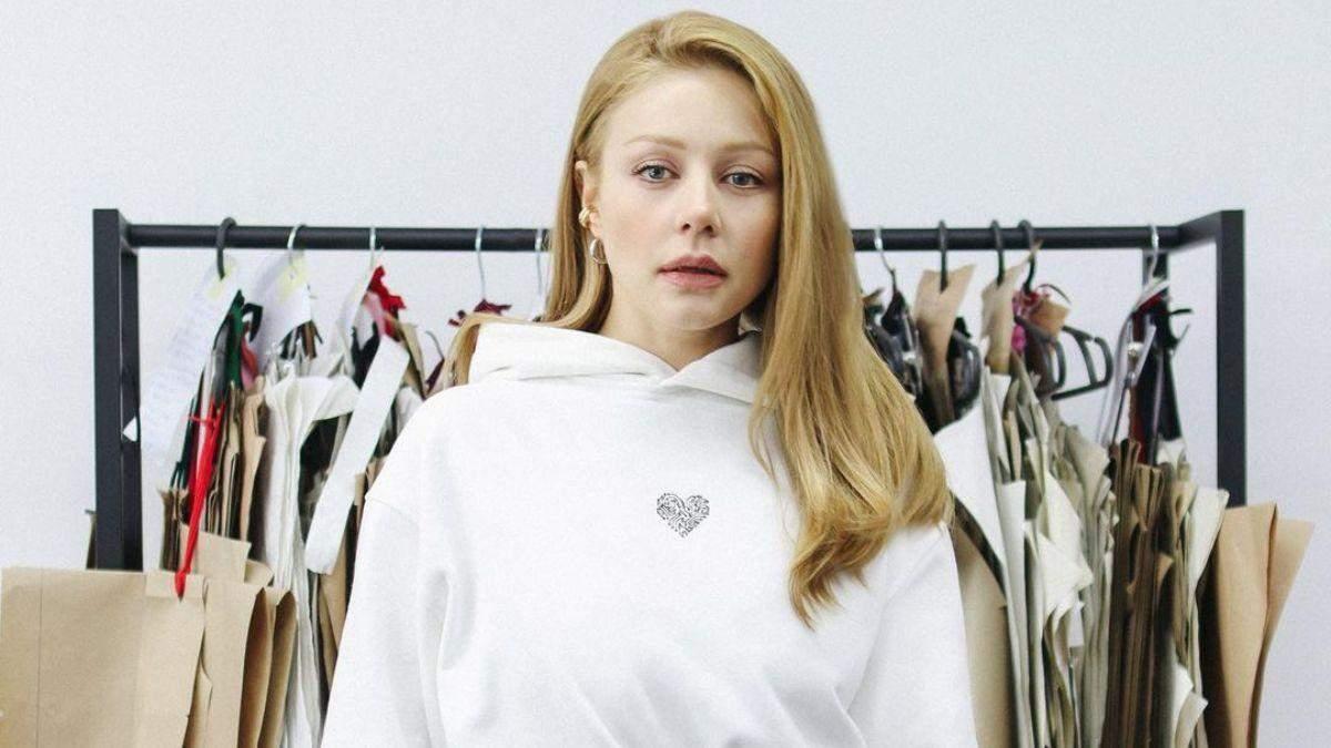 Тіна Кароль продемонструвала стильний look у білій сукні-худі: фото