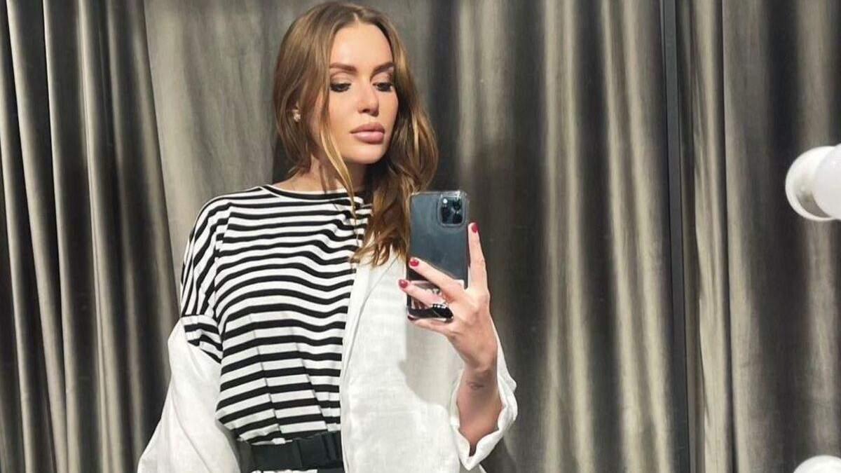Слава Камінська показала стильний повсякденний образ у смугастій сукні: фото